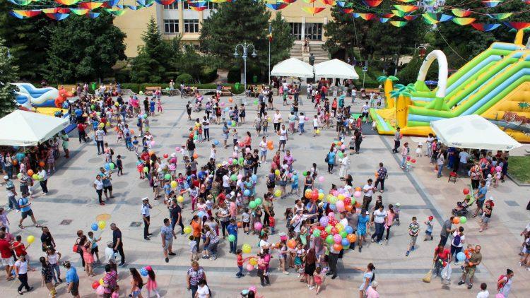 O lume cu mult soare și mii de jucării… la Buftea! – Pistol Gheorghe
