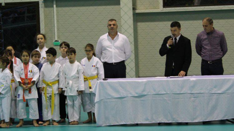 Primarul Pistol Gheorghe și Moș Nicolae  au ajuns la sportivii asociației  Voința