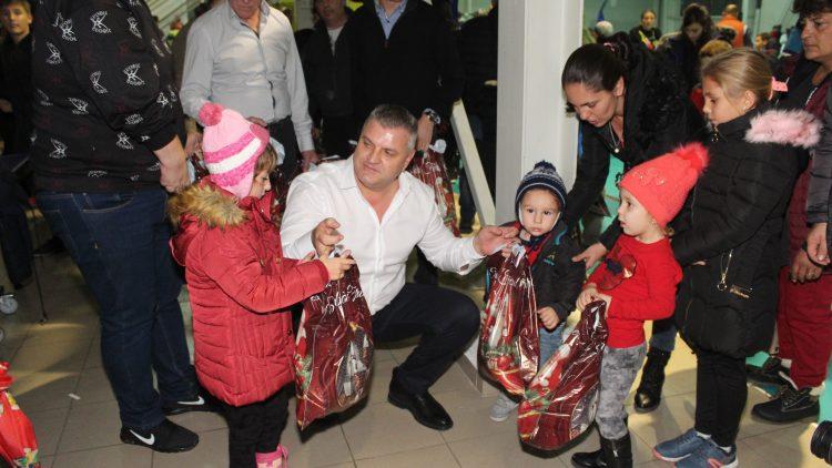 Moș Nicolae a adus peste 600 de cadouri dulci sportivilor din Buftea